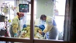 Dr. William Dittrich tampak mengamati pasien yang terinfeksi COVID-19 di ruangan Medical Intensive Care Unit (MICU) di Rumah Sakit St. Luke' Boise di Idaho, AS, pada 31 Agustus 2021. (Foto: AP/Kyle Green)