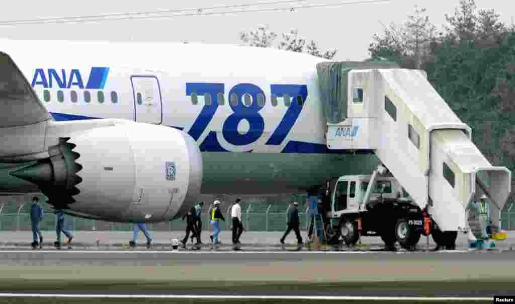 Boeing 787 Dreamliner milik maskapai Jepang, ANA sesaat setelah melakukan pendaratan darurat di bandara Takamatsu (16/1).