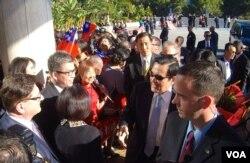 马英九(戴墨镜)受到洛杉矶侨民热烈欢迎(美国之音国符拍摄)
