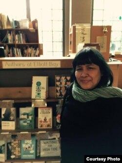 "Penulis Indonesia, Leila Chudori, di acara bedah buku ""Pulang"" di toko buku Elliott Bay di Seattle (dok: Leila Chudori)"