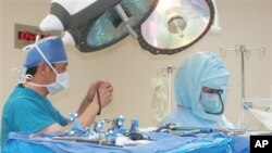 Penggantian tulang panggul atau sendi lutut merupakan prosedur mahal yang tidak mampu dijangkau oleh banyak orang. Namun, organisasi Operation Walk, mengobati orang-orang dari Tanzania, Nepal hingga Amerika, yang tidak mampu membiayai pengobatan penyakit tulang dan sendi yang parah (foto: dok).