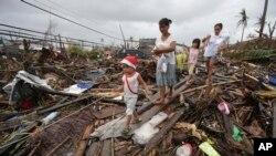 Hàng trăm ngàn người lâm cảnh màn trời chiếu đất sau trận bão.