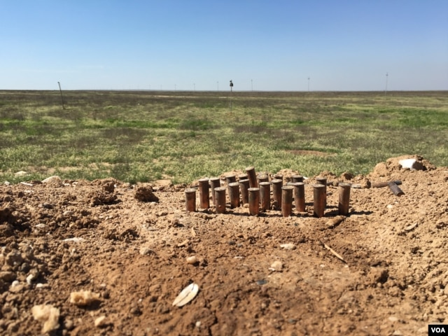 Bullets lined up in the gap between sandbags forming a wall protecting the Iraqi Kurdish forces' last military base on the frontline with Islamic State in the Makhmour area of Iraq, March 8, 2016. (S. Behn/VOA)