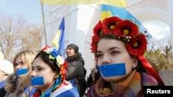 Phụ nữ tham gia cuộc biểu tình ủng hộ Ukraina ở Simferopol, 13/3/14
