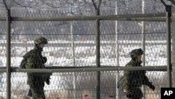 Tentara Korea Selatan melakukan patroli di dekat perbatasan kedua negara di Panmunjom (foto: dok). Seoul menuduh Korut melakukan gangguan atas signal GPS yang mempengaruhi penerbangan sipil.