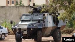Des soldats de l'ex-garde présidentielle sur un véhicule blindé à l'hôtel Laico à Ouagadougou, au Burkina Faso, 20 septembre 2015.