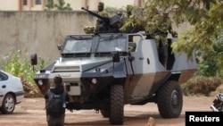 布基纳法索首都瓦加杜古街头的总统卫队士兵(2015年9月20日)