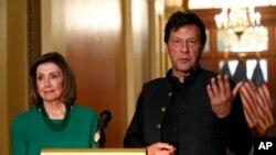 وزیر اعظم عمران خان، اسپیکر نینسی پیلوسی کے ہمراہ پریس کانفرنس کر رہے ہیں۔