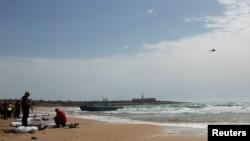 Los cadáveres de migrantes originarios de Eritrea yacen sobre la arena en la isla siciliana de Lampedusa, luego del naufragio del bote en el que viajaban.