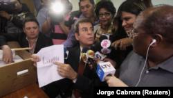 Salvador Nasralla, candidato de la Alianza de Oposición Contra la Dictadura, muestra un gráfico a medios mientras solicita formalmente que se anulen los resultados de la elección presidencial, Tegucigalpa, Honduras, 9 diciembre 2017. REUTERS/Jorge Cabrera.
