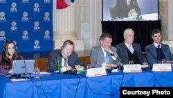 Expertos de la OEA que escucharon los testimonios de persecución a opositores por parte del régimen de Nicolás Maduro en Venezuela. Los expertos determinarán si existen bases para denunciar a la nación sudamericana ante la Corte Penal Internacional. Noviembre 16, 2017. Foto: OEA.