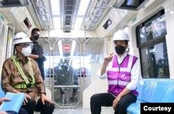 Presiden Jokowi menjajal LRT di Stasiun TMII, Jakarta, Rabu, 9 Juni 2021 (Foto: biro pers)