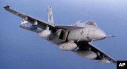 Caça F-18 carregado de mísseis