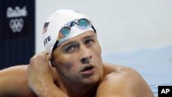 2016年8月9日,里约奥运会4x200米自由泳比赛中,美国游泳运动员瑞安·洛赫特查看时间。