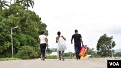 Algunos se dirigen a pueblos cercanos en busca de trabajo, otros viajan a las grandes ciudades de Colombia, como Bogotá (caminando 563 km o 350 millas) y Medellín (595 km o 370 millas). [Foto: Diego Huertas].