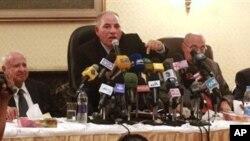 Pemimpin klub hakim Mesir, Ahmed el-Zind (tengah), dalam konferensi pers menyatakan tidak akan mengawasi referendum terkait konstitusi baru Mesir, yang menurut rencana akan diselenggarakan Pemerintah tanggal 15 Desember mendatang (2/12).