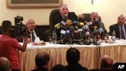 Ông Ahmed el-Zind, người đứng đầu Hội các Thẩm Phán Ai Cập (giữa), phát biểu tại một cuộc họp báo ở Cairo, ngày 2/12/2012.