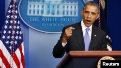 El presidente Barack Obama habla con los periodistas sobre el creciente escándalo de maltrato a los veteranos de guerra en un hospital de Phoenix.