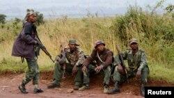 Binh lính của nước Cộng hòa Dân chủ Congo nghỉ ngơi gần biên giới với Rwanda sau vụ nổ súng, ngày 11/6/2014.