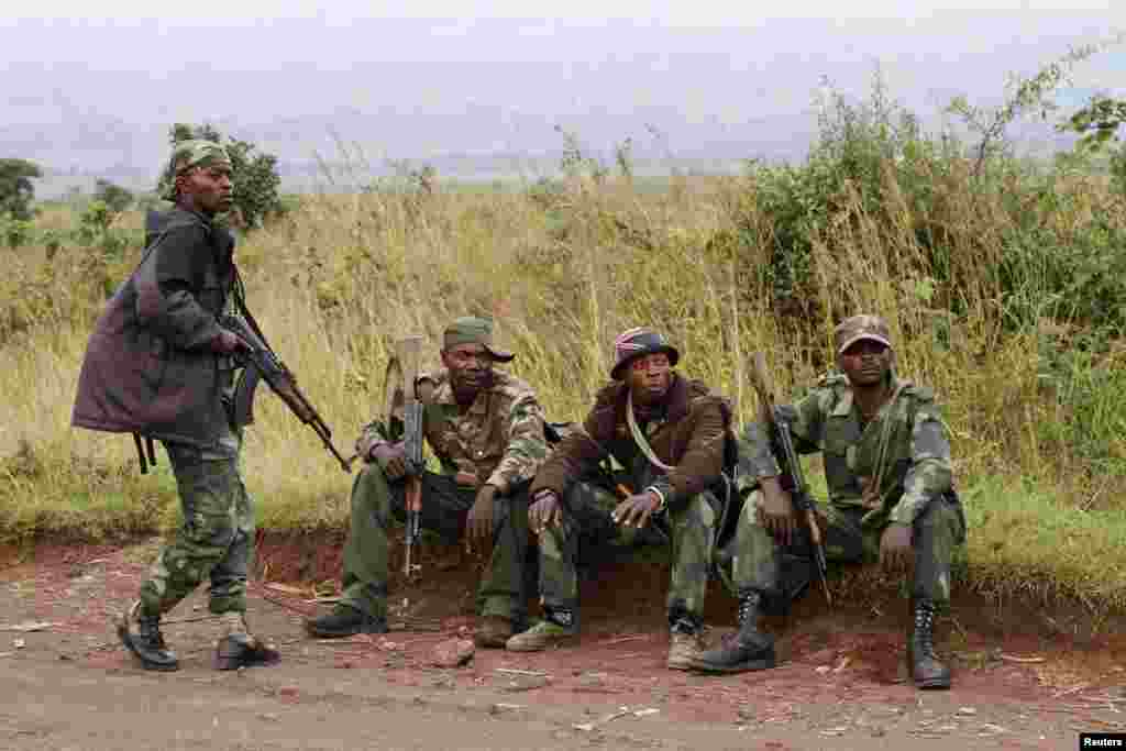 Soldiers from the Democratic Republic of Congo rest near its border with Rwanda after fighting broke out, June 11, 2014.