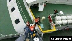 韩国海岸警卫队4月16日在搜救沉没船只上的生还者