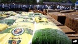 北京警察2011年5月在没收的假冒伪劣粮食产品前宣传防止经济犯罪