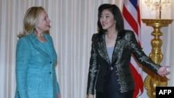 Thủ tướng Thái Lan Yingluck Shinawatra và Ngoại trưởng Mỹ Hillary Clinton (trái) ở Bangkok, 16/11/2011
