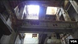کراچی: اسکول کی ٹوٹی پھوٹی دیواریں