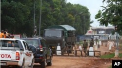 Des soldats français contrôlent l'accès à l'aéroport de Bangui, le 29 août 2013