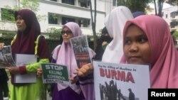 گروهی از مسلمانان در همراهی با روهینگیا در مقابل سفارت میانمار در مالزی تجمع کردند.