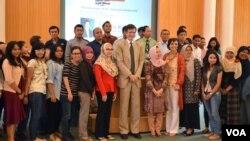 Duta Besar AS untuk Indonesia, Robert O'Blake, Jr. (tengah) berfoto bersama dengan para mahasiswa UGM Yogyakarta 26/3 (foto: VOA/Munarsih).