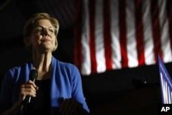 La excandidata presidencial demócrata, la senadora Elizabeth Warren, demócrata de Massachusetts, habla durante un mitin nocturno de elecciones primarias, el 3 de marzo de 2020, en Eastern Market en Detroit.