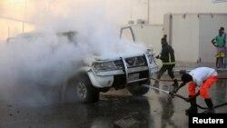 소방관들이 22일 모가디슈 중심부에서 폭발한 차량의 화재를 진압하고 있다.