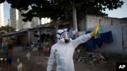 Seorang petugas tengah berupaya memerangi penyebaran virus Zika di Recife, negara bagian Pernambuco, Brazil (Foto: dok).
