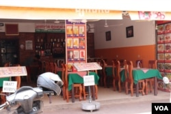 Im Srey Mom, 48, the owner of Psa Chas restaurant for the past 20 years, tells VOA that she hardly gets any customer during the COVID-19 pandemic, Siem Reap, Cambodia, May 12, 2020. (Phorn Bopha/ VOA Khmer)
