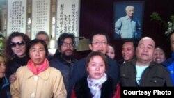 清明节北京民众到赵紫阳家祭拜。(民生观察)