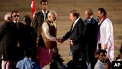 PM baru Narendra Modi (kiri) mendapat ucapan selamat dari PM Pakistan Nawaz Sharif usai sumpah jabatan di New Delhi (26/5).