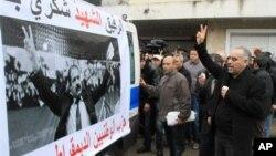 Warga Tunisia mengawal ambulance yang membawa jenazah pemimpin oposisi Chokri Belaid menuju rumah orangtuanya di Tunis, 7 Februari 2013. (AP Photo/Amine Landoulsi). Ibukota Tunisia besiap menghadapi pemookan umum bertepatan dengan pemakaman Belaid, 8 Februari 2013.
