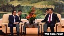 Tổng Bí thư Đảng Cộng sản Trung Quốc Tập Cận Bình (phải) tiếp ông Hoàng Bình Quân, đặc phái viên của TBT Nguyễn Phú Trọng.