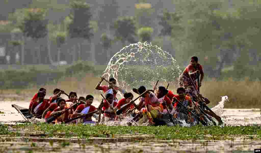 27 tháng 10: Phụ nữ Ấn Độ tham gia cuộc đua chèo xuồng, một sự kiện được tổ chức sau lễ hội Diwali. (AP Photo)