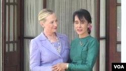 Menlu AS Hillary Clinton (kiri) bertemu pemimpin pro-demokrasi Burma di kediaman Aung San Suu Kyi di Rangoon (2/12).