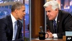 6일 미국 TV 토크쇼에 출연한 바락 오바마 대통령(왼쪽)이 진행자 제이 레노의 질문에 답하고 있다.