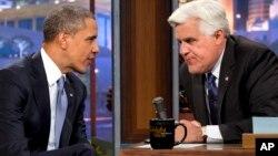 """El presidente Barack Obama conversa con el presentador Jay Leno durante una pausa comercial, durante el programa """"The Tonight Show""""."""