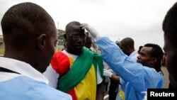 Nhân viên y tế Mali kiểm tra nhiệt độ của fan bóng đá tại sân vận động Malabo, ngày 20/1/2015.