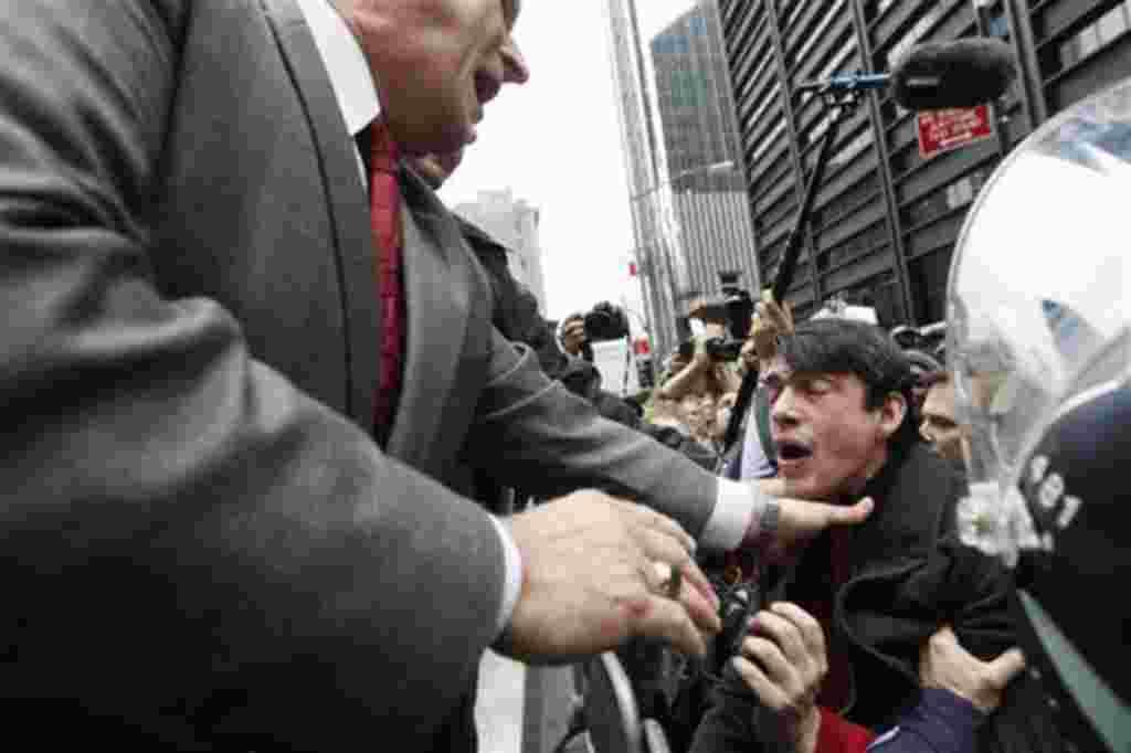 La policía interrumpe la entrada de los manifestantes al parque Zuccotti en Nueva York, que se convirtió en el epicentro del movimiento contra la avaricia corporativa y la desigualdad económica.
