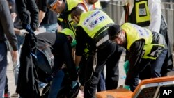 Cảnh sát Israel cạnh thi thể người Palestine bị bắn chết vì dùng dao tấn công người Israel ở cổ thành Jerusalem, ngày 23/12/2015.