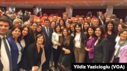 Dokunulmazlıkları kaldıracak olan Anayasa değişikliği tasarısı her ne kadar başka partilerden milletvekillerini de kapsasa, yaygın görüş asıl hedefin HDP'li milletvekilleri olduğu yönünde