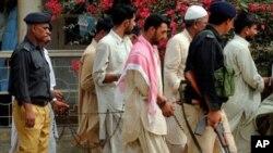 شبه نظامیان پاکستانی که در ارتکاب قتل یک نوجوان در شهر کراچی محکوم به مرگ و حبس عمری شده اند.
