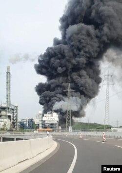 Asap hitam membubung menyusul ledakan di Leverkusen, Jerman, 27 Juli 2021. (Feuerwehr Koeln/Handout via REUTERS )