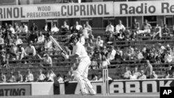 نیوزی لینڈ کے بیٹسمین گلین ٹرنر بھارت کے خلاف میچ میں چوکا لگا رہے ہیں